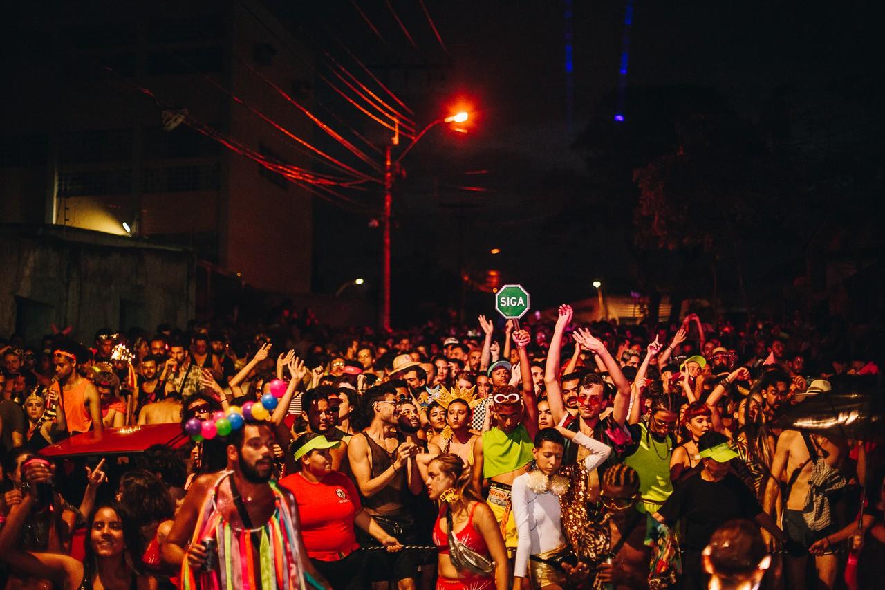 Pessoas pulando carnaval num bloquinho em Belo Horizonte