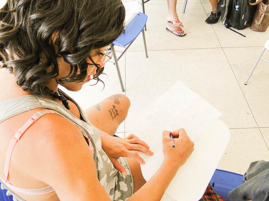 aluna da transvest em aula de zines com dinheiro arrecadado via financiamento coletivo
