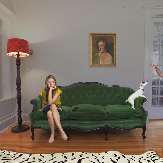 pessoa criativa sentada no sofá esperando criatividade